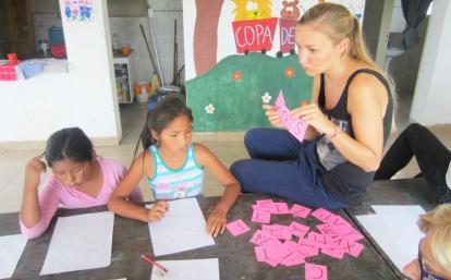 アルゼンチンの子供に英単語を教えるチャイルドケアボランティア